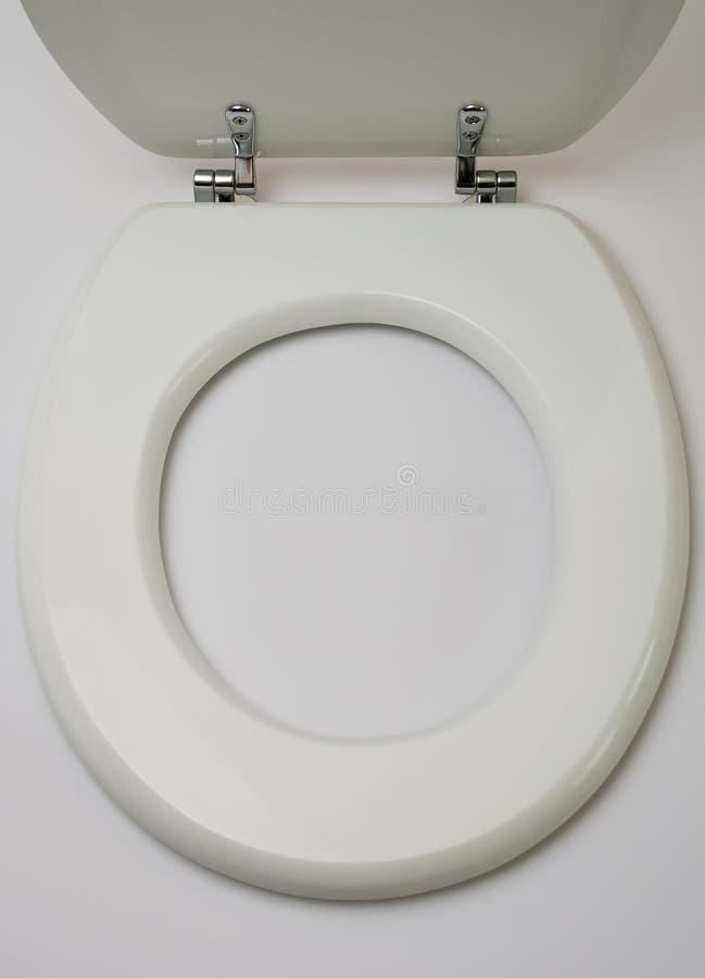 Ouvrez le siège des toilettes en bois sur le blanc image libre de droits