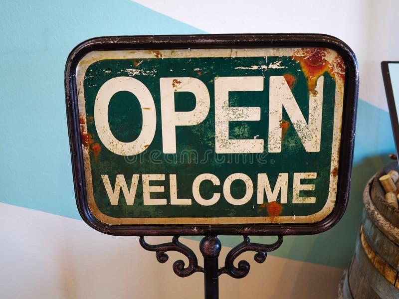 Ouvrez le signe bienvenu large par l'entrée d'un restaurant de café image stock
