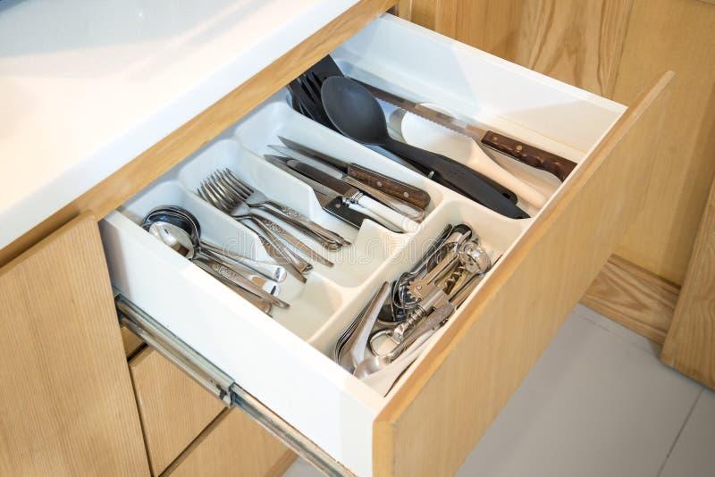 Ouvrez le tiroir de cuisine images stock