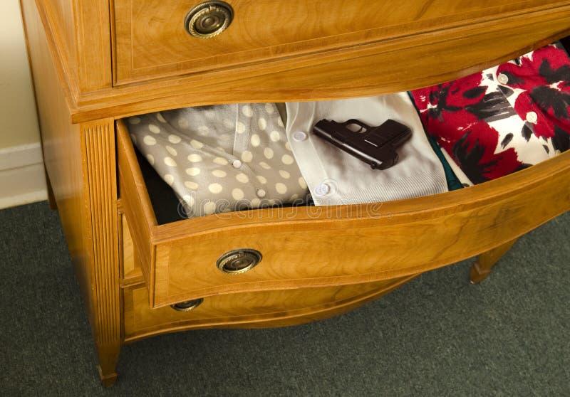 Ouvrez le tiroir de raboteuse avec le canon photographie stock libre de droits