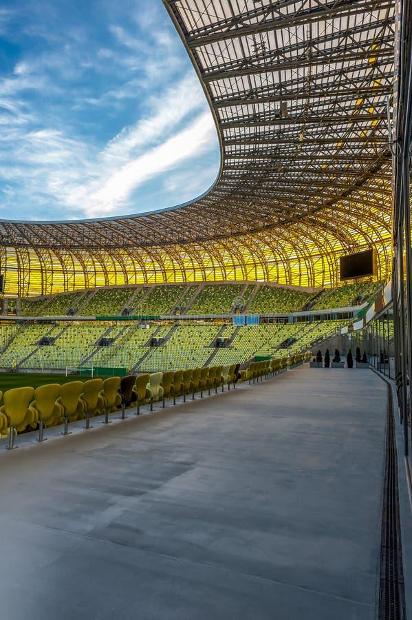 Ouvrez le toit de stade et le ciel bleu avec les nuages blancs images libres de droits