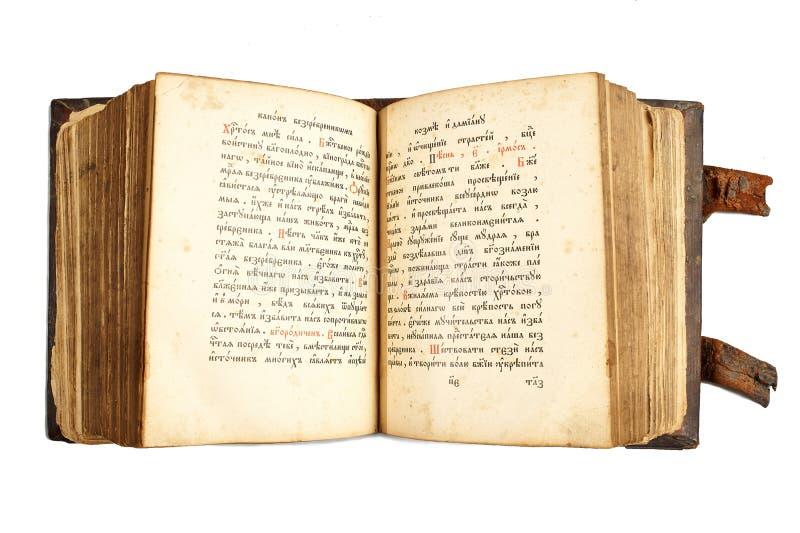 Ouvrez le vieux livre cyrillique d'isolement sur le blanc photo libre de droits