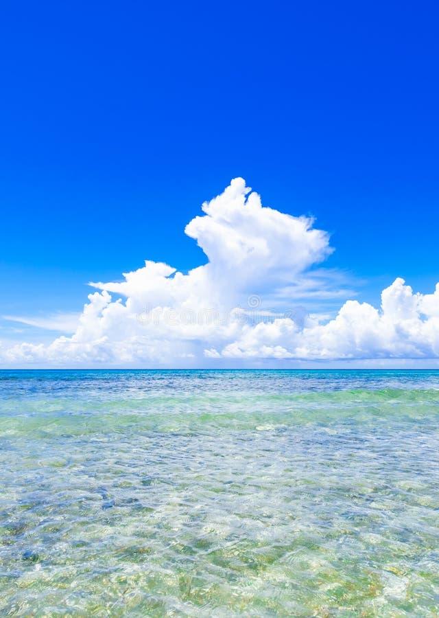 Ouvrez les cumulus bleus de mer photographie stock libre de droits
