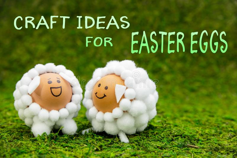 Ouvrez les idées pour des oeufs de pâques, deux agneaux drôles ou les moutons formés egg image stock