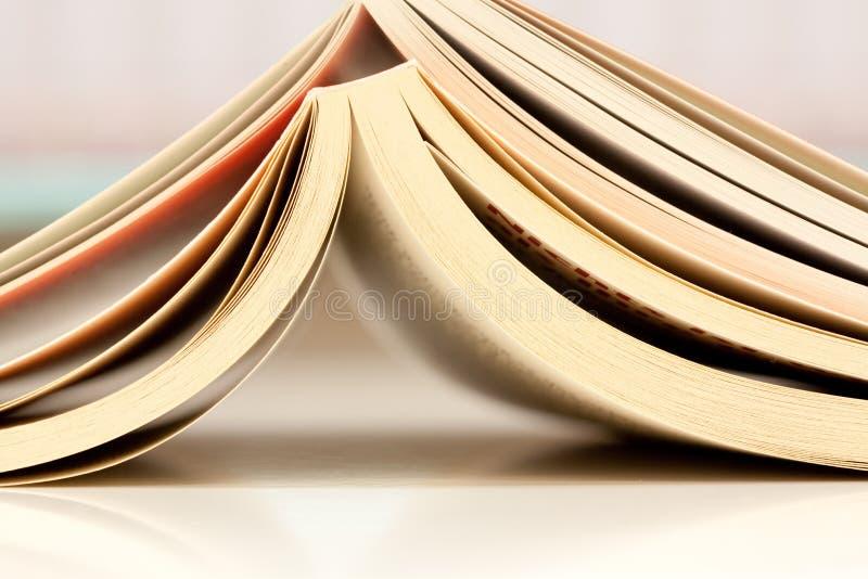 Ouvrez les livres sur une table images stock