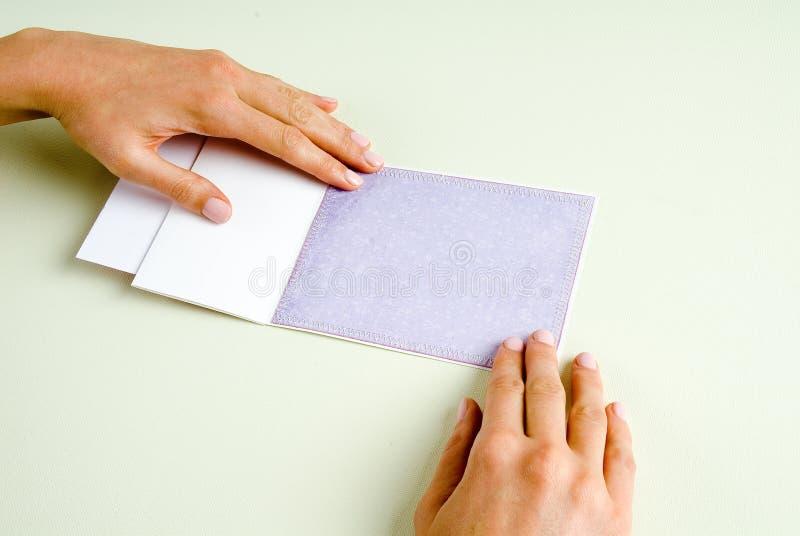 Ouvrez les mains de carte images stock