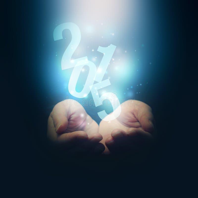 Ouvrez les mains tenant le numéro 2015 An neuf heureux photo libre de droits