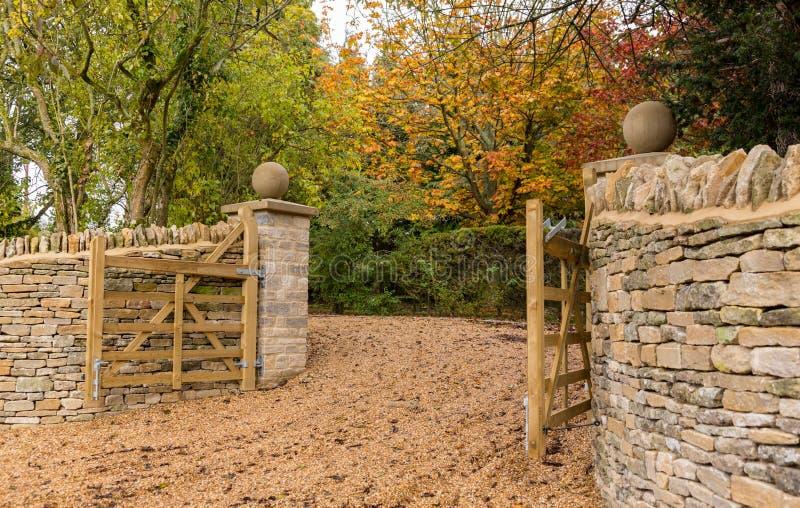 Ouvrez les portes en bois à l'entrée à la maison moderne image stock