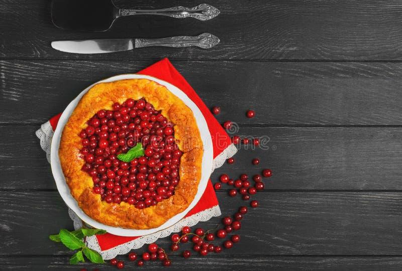 Ouvrez les tartes au goût âpre avec la groseille rouge de baies photos stock