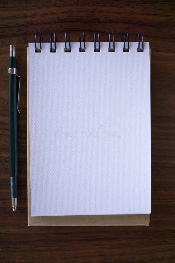 Ouvrez un carnet blanc vide avec le crayon images stock