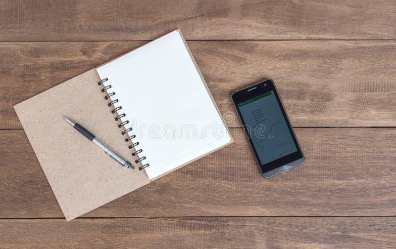 Ouvrez un carnet, un stylo et un téléphone portable vides images stock