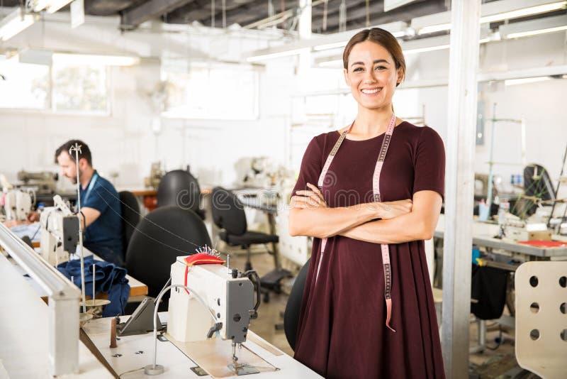 Ouvrière couturière travaillant dans une usine images stock