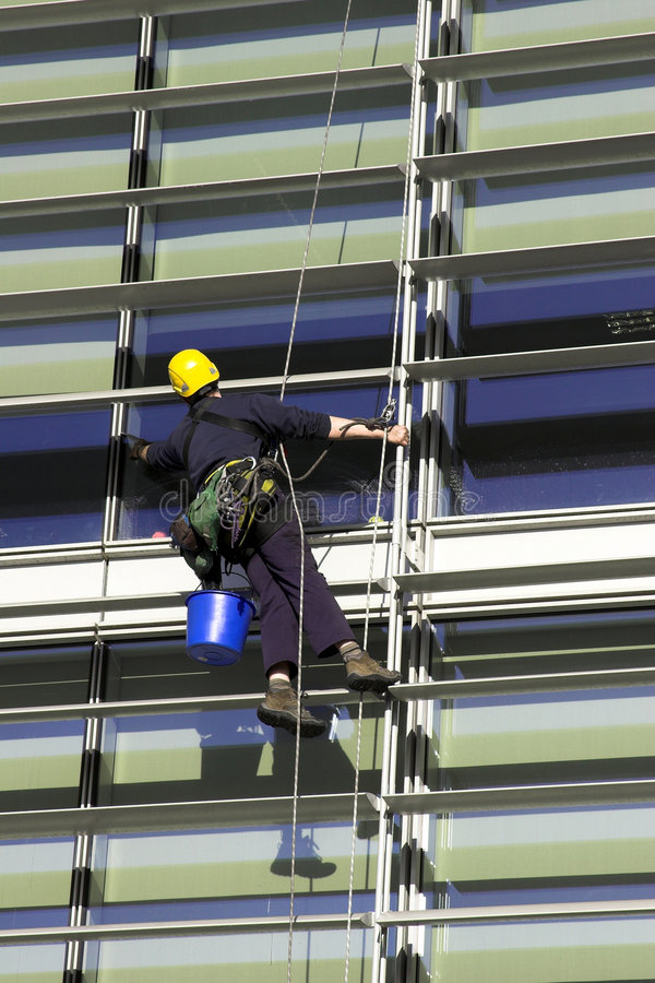 Ouvrier Abseiling une construction photos stock