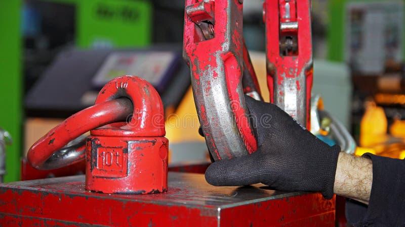 Ouvrier Attaching Crane Hooks à une charge lourde photos stock