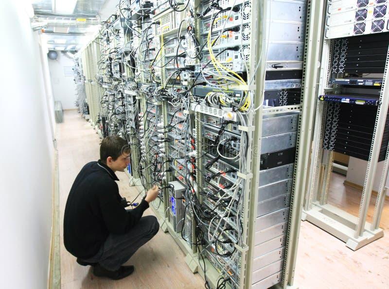 Ouvrier au centre de traitement des données images stock