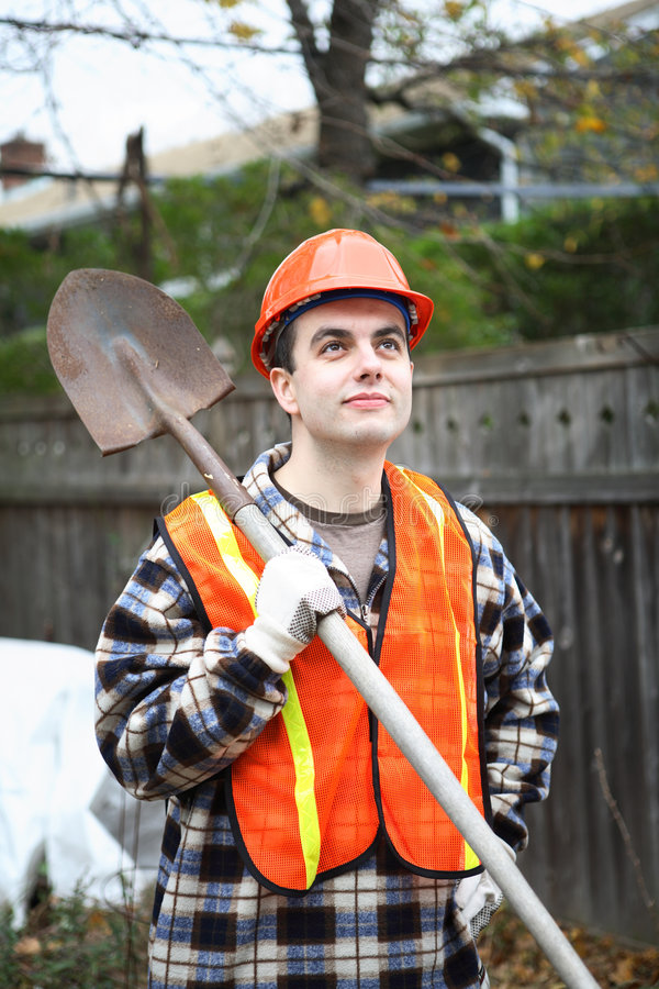 Ouvrier avec la pelle images stock