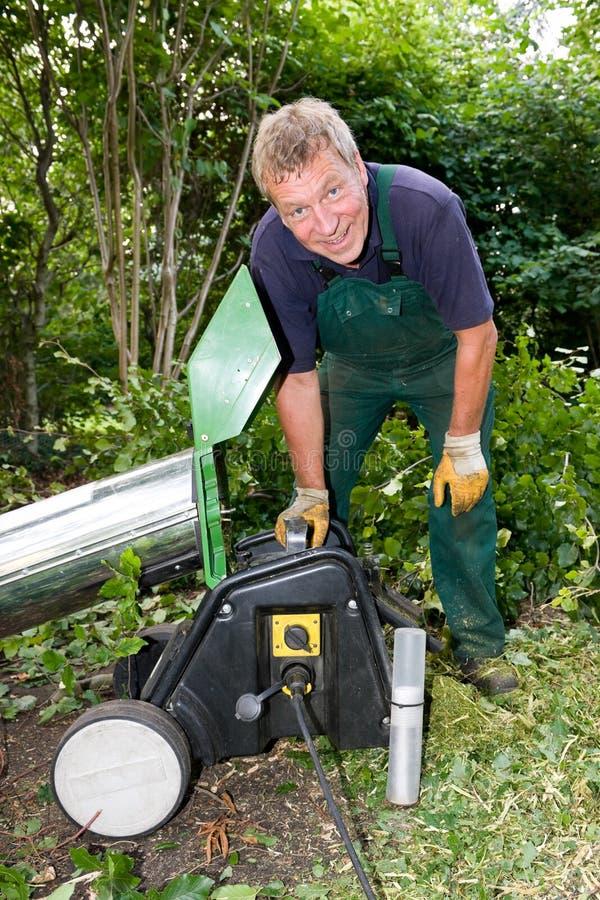 Ouvrier avec le schredder image libre de droits