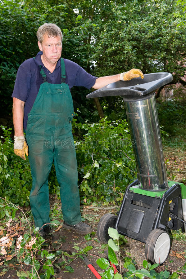 Ouvrier avec le schredder photo stock