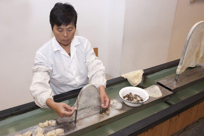 Ouvrier chinois à Suzhou, Chine, usine en soie images libres de droits