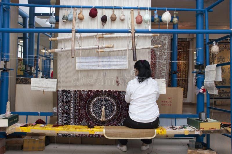 Ouvrier chinois, tapis en soie de tissage Changhaï Chine image stock