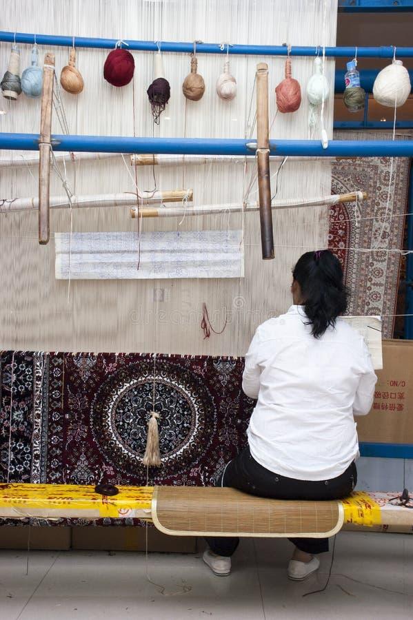 Ouvrier chinois, tapis en soie de tissage Changhaï Chine photos stock