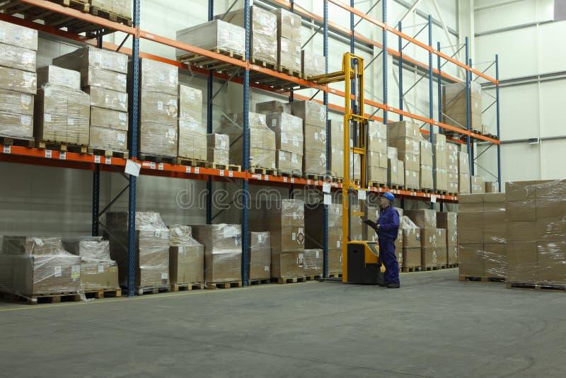 Ouvrier comptant des stocks dans l'entrepôt photos stock