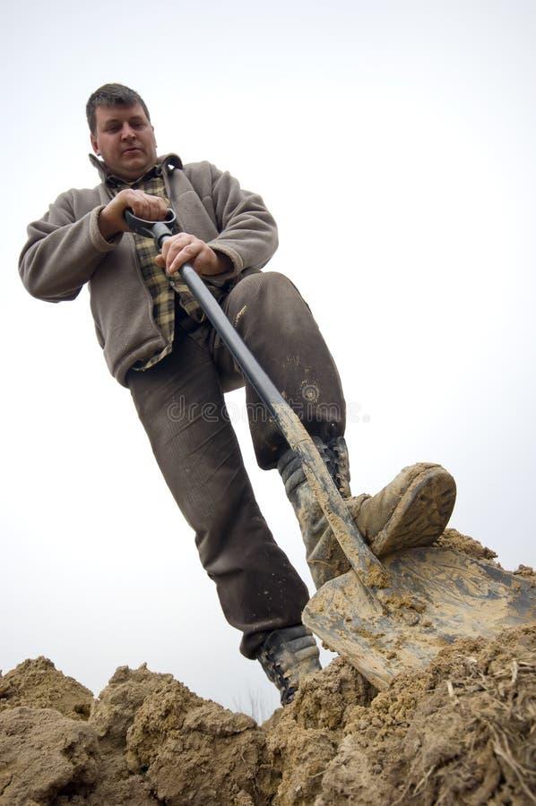 Ouvrier creusant dans la prise de masse photographie stock libre de droits
