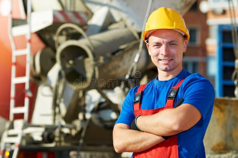 Ouvrier de constructeur au chantier de construction photo stock