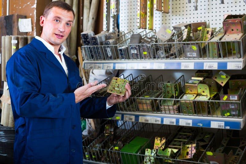 ouvrier de ¿ d'ï» tenant le mobilier métallique image libre de droits