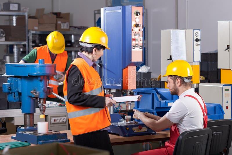 Ouvrier de fabrication avec le patron photos stock