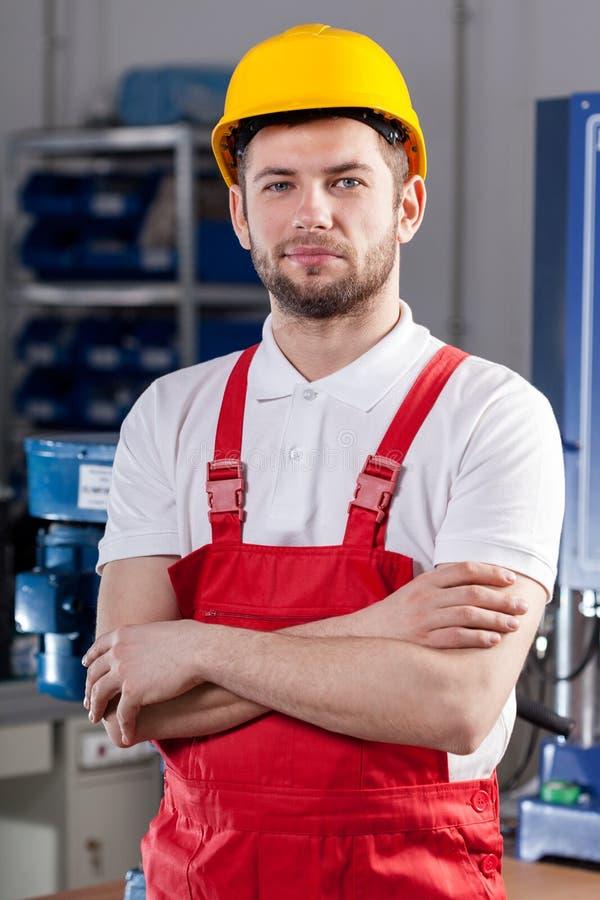Ouvrier de fabrication dans l'usine images libres de droits