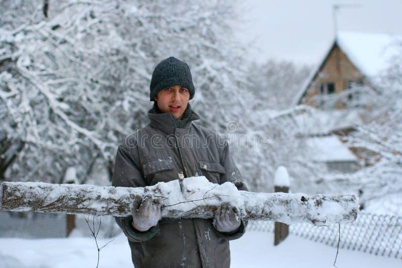 Ouvrier de forêt avec le grand logarithme naturel taillé images stock