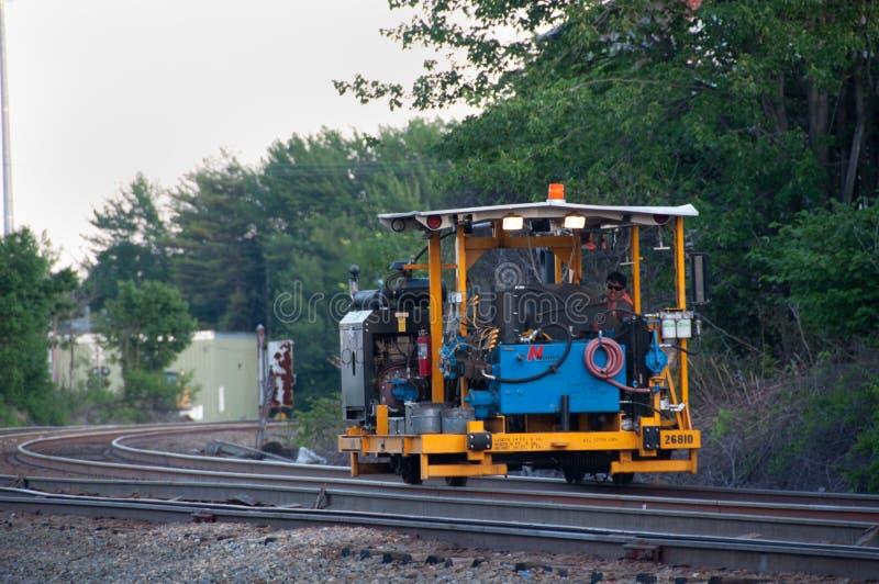Ouvrier de maintenance de chemin de fer sur le chariot de longeron photos libres de droits