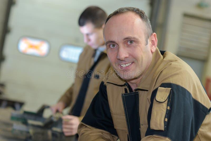 Ouvrier de portrait dans l'uniforme photos libres de droits