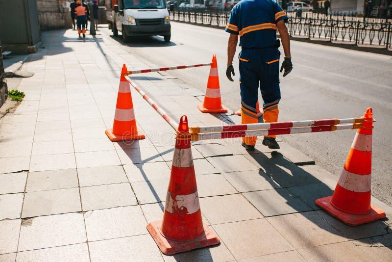 Ouvrier de route Cône de route sur la route Signe de route Courses sur route sur les rues d'Istanbul en Turquie signe Circulation photo libre de droits