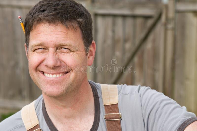 Ouvrier de sourire d'homme photographie stock