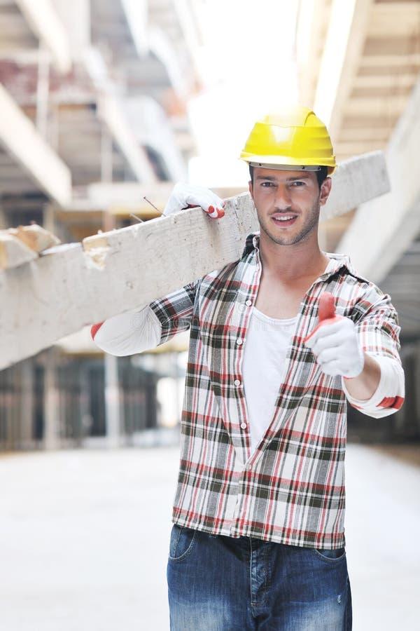 Ouvrier dur sur le chantier de construction photo libre de droits