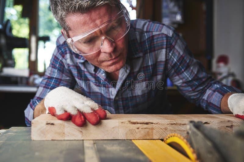 Ouvrier en bois images stock