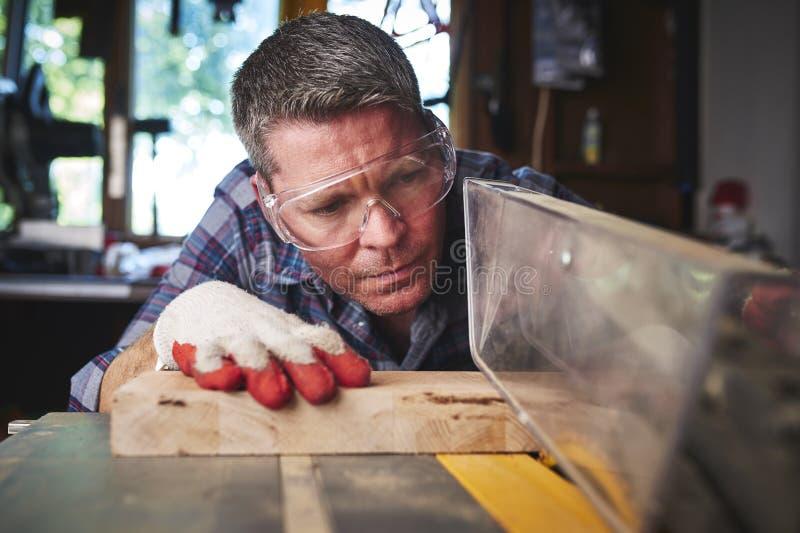 Ouvrier en bois image stock
