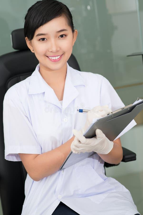 Ouvrier médical de sourire images libres de droits