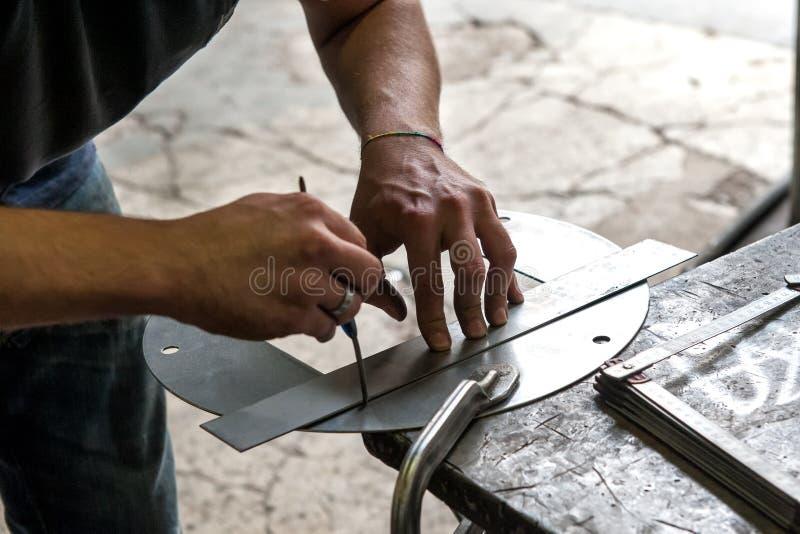 Ouvrier métallurgiste faisant la mesure de précision photographie stock