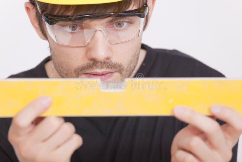 Ouvrier manuel avec le niveau photo stock