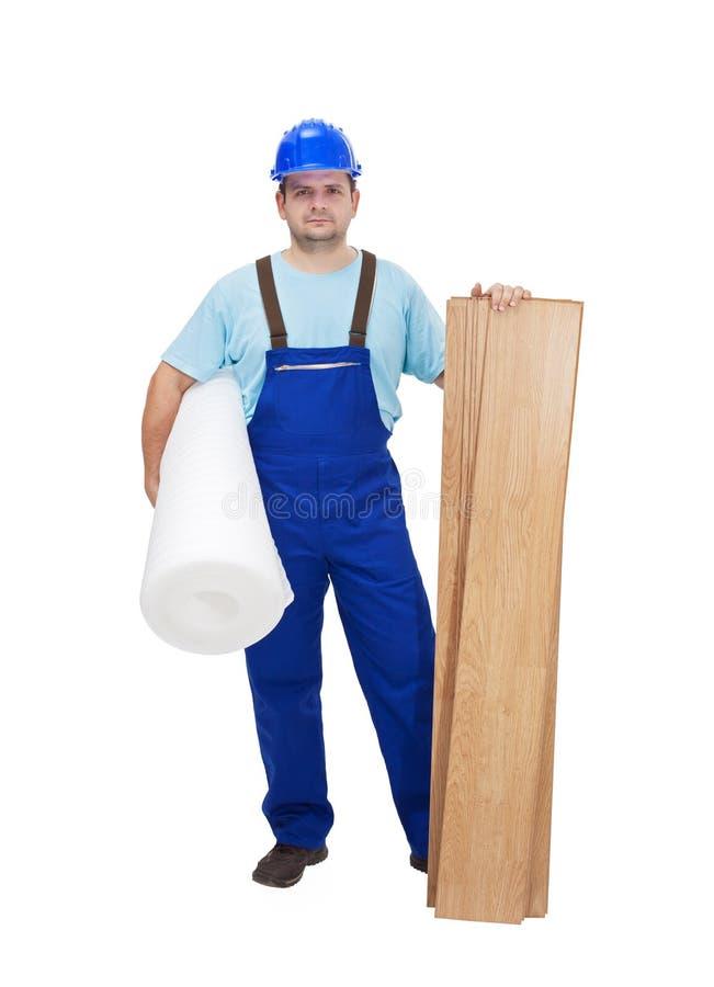 Ouvrier prêt à étendre le plancher en stratifié photos libres de droits