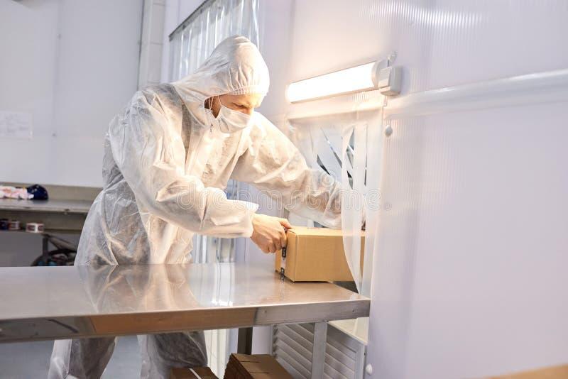 Ouvrier prenant le paquet prêt avec le produit photo libre de droits