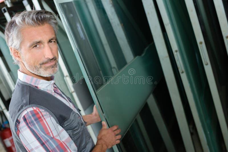 Ouvrier sélectionnant le verre à vitres images libres de droits