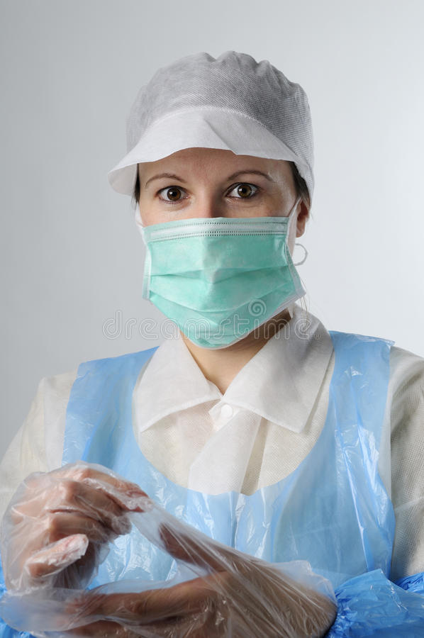 Ouvrier s'usant les gants en plastique photos stock