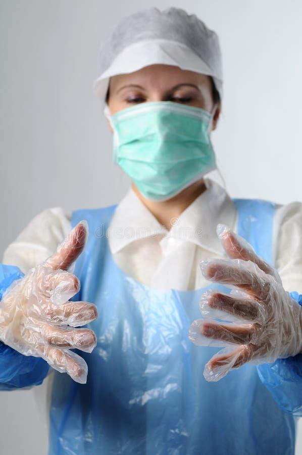 Ouvrier s'usant les gants en plastique images stock