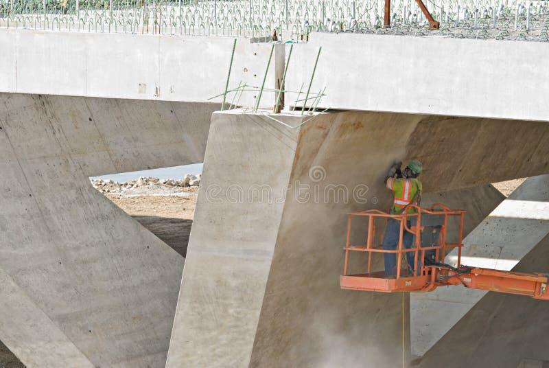 Download Ouvrier Sablant Sous La Passerelle Image stock - Image du poussiéreux, géométrique: 8670723