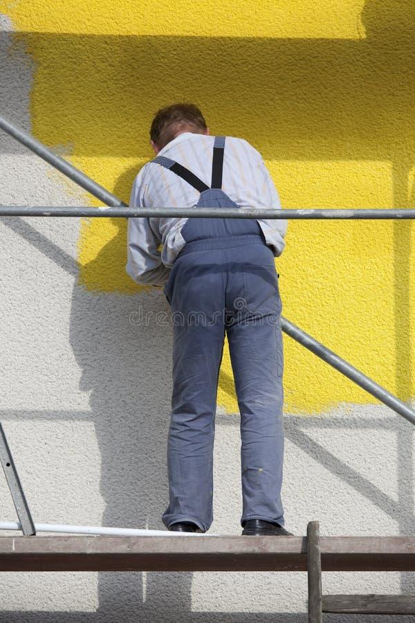 Ouvrier sur l'échafaudage image stock