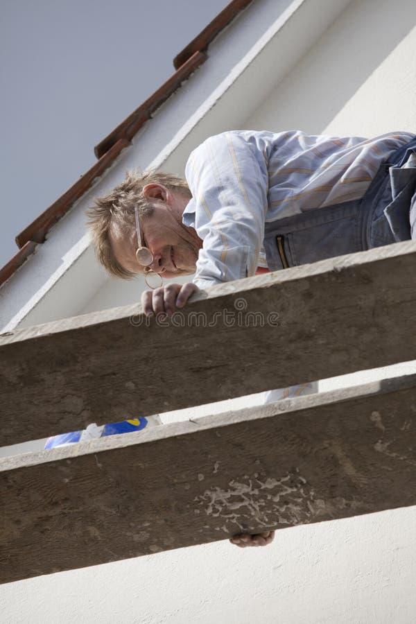 Ouvrier sur le scafford images stock